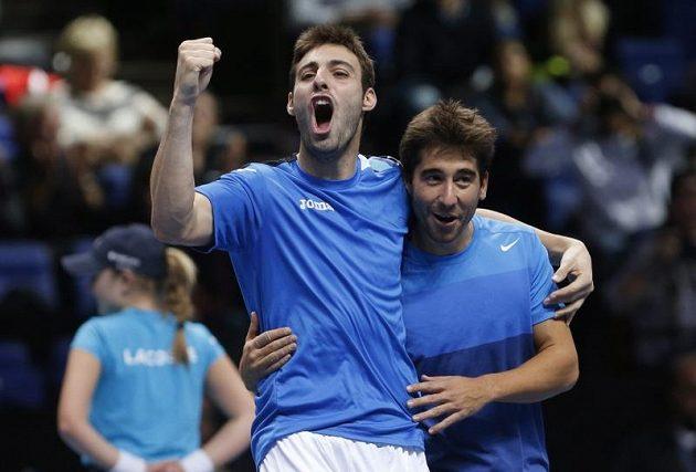 Španělští deblisté Marcel Granollers (vlevo) a Marc López se radují z triumfu na Turnaji mistrů.