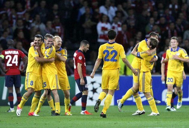 Fotbalisté BATE Borisov se radují ze třetího gólu proti Lille v prvním kole Ligy mistrů.