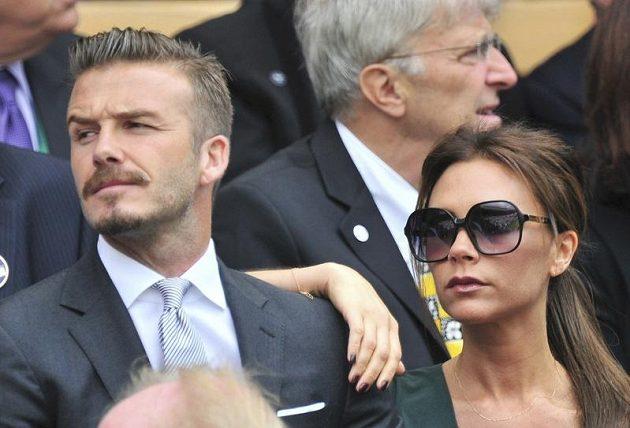 Wimbledonské finále mužské dvouhry přilákalo i fotbalistu Davida Beckhama a jeho ženu Victorii. Za nimi sedí Jan Kodeš