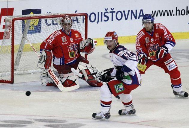 Zleva brankář Jakub Kovář, Rus Nikolaj Žerděv a Jakub Nakládal v utkání na Kajotbet Hockey Games.