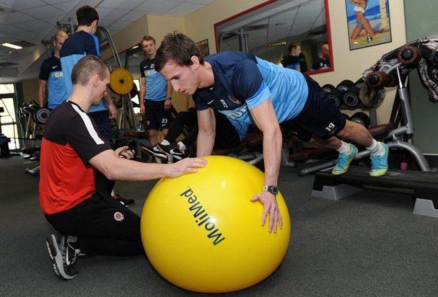 Kondiční trenér Tomáš Malý (vlevo) a Matěj Hybš během kondičního soustředění Sparty Praha