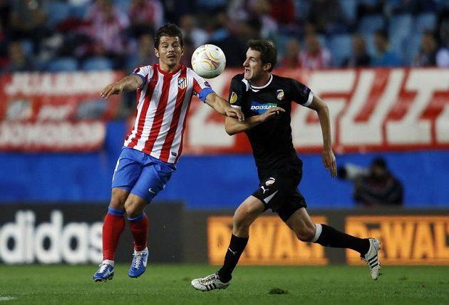 Marek Bakoš z Plzně (vpravo) bojuje o míč s Emre Belozogluem z Atlétika Madrid.
