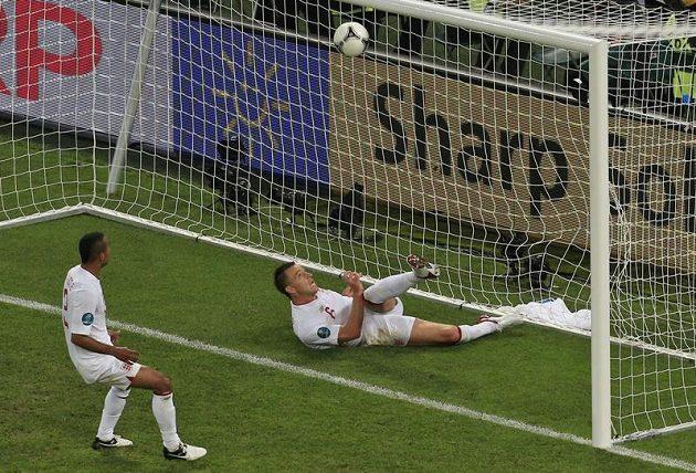 Sporný okamžik: stoper John Terry vykopává ve skluzu míč z opuštěné anglické branky. Upřeli sudí Ukrajincům regulérní gól?