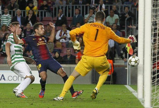 Barcelonský Jordi Alba dává ve čtvrté minutě nastavení rozhodující gól na 2:1 proti Celtiku Glasgow.