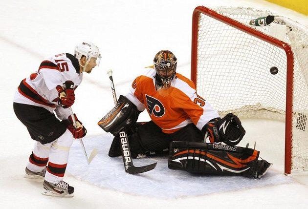 Brankář Philadelphie Ilja Bryzgalov zasahuje proti nájezdu Petra Sýkory z New Jersey Devils.
