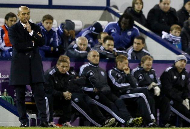 Zachmuřená lavička londýnské Chelsea. Vlevo trenér Roberto di Matteo.