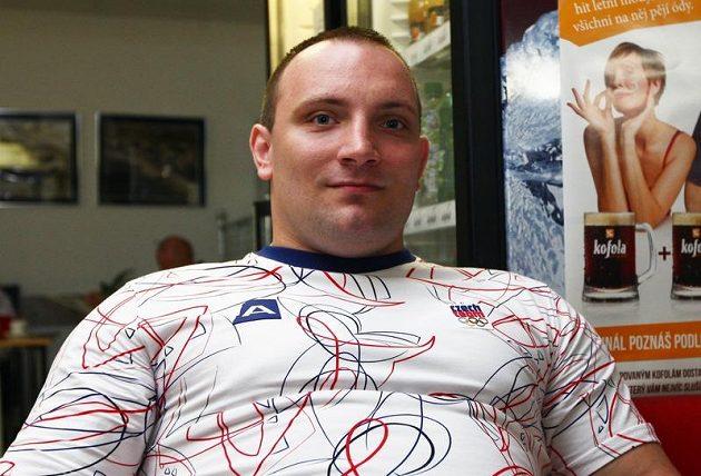 Vzpěrač Jiří Orság při odletu na olympiádu v Londýně.