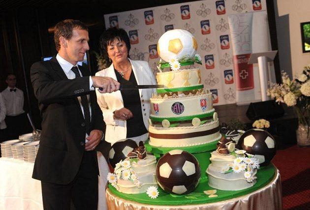 Karel Poborský načíná obří fotbalový dort od Stanislavy Kortánové, majitelky Pekařství a cukrářství Stáňa v Malé Hraštici.