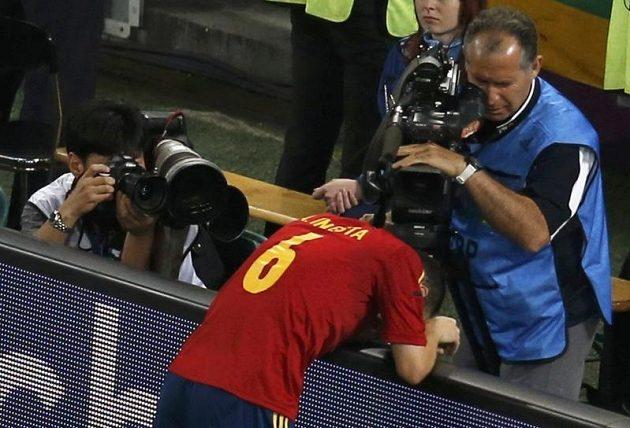 Španěl Andres Iniesta zpytuje svědomí poté, co v prodloužení spálil vyloženou šanci. V penaltovém rozstřelu si ale vše vynahradil