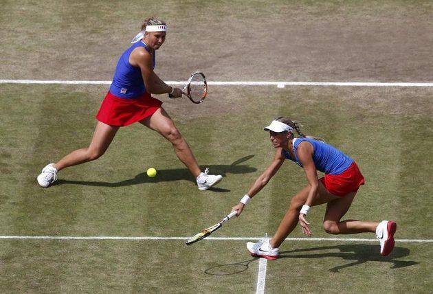Tenistky Andrea Hlaváčková (vpravo) a Lucie Hradecká v semifinálovém utkání olympijských her.