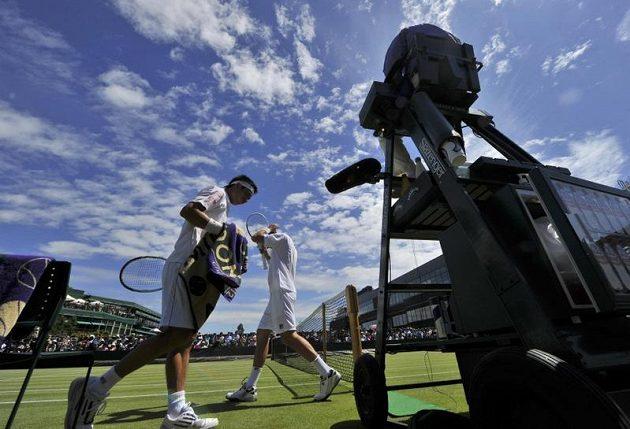 Kei Nišikori (vlevo) a Michail Kukuškin během prvního kola Wimbledonu