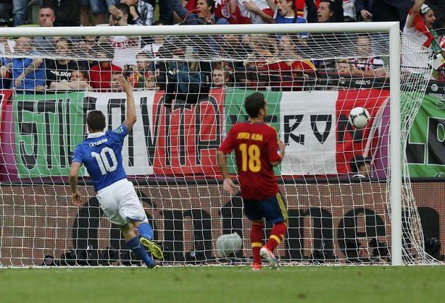 Ital Antonio Cassano oslavuje gól proti Španělsku na EURO 2012