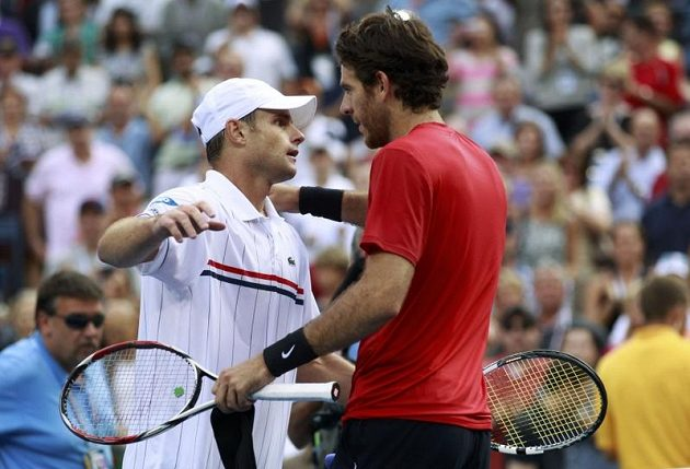 Andy Roddick se objímá s vítězem Martinem Del Potrem.