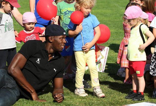 Jamaiský sprinter Usain Bolt se fotil s dětmi v Ostravě před startem na Zlaté tretře.