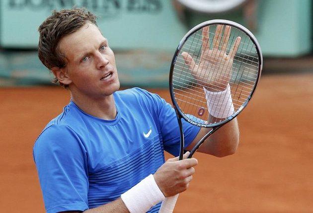 Tomáš Berdych děkuje divákům na Roland Garros za podporu po dramatické bitvě s Jihoafričanem Andersonem