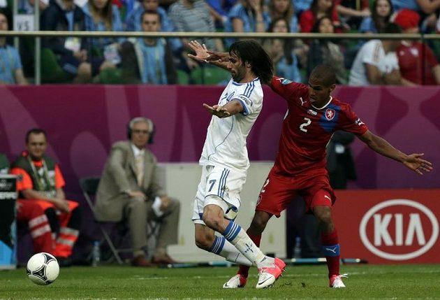 Theodor Gebre Selassie brání Řeka Samarase ve druhém utkání na EURO 2012