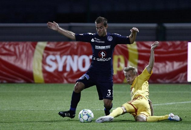 Tomáš Berger z Dukly (vpravo) se snaží sebrat míč Lukáši Kubáňovi ze Slovácka.
