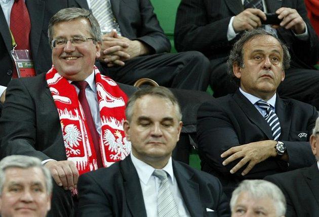 Polský prezident Bronisław Komorowski (vlevo) a prezident UEFA Michel Platini (vpravo) si zápas Česka s Polskem nenechali ujít.