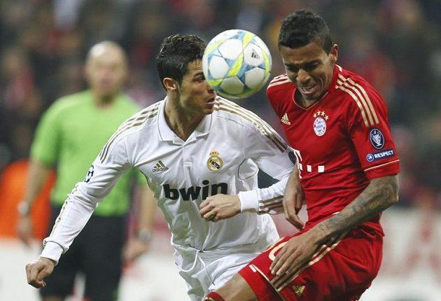 Luiz Gustavo (vpravo) z Bayernu v souboji s Christianem Ronaldem