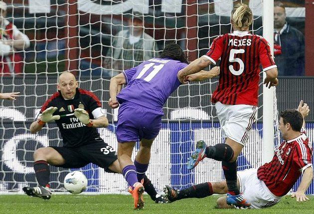 Amauri z Fiorentiny (uprostřed) střílí gól brankáři AC Milán Christianu Abbiatimu.