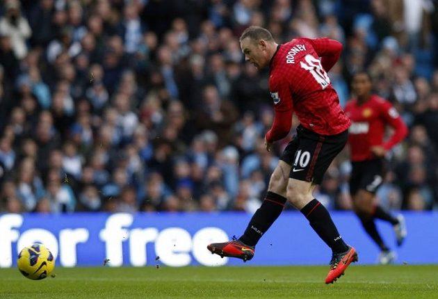 Útočník Manchesteru United Wayne Rooney střílí gól.