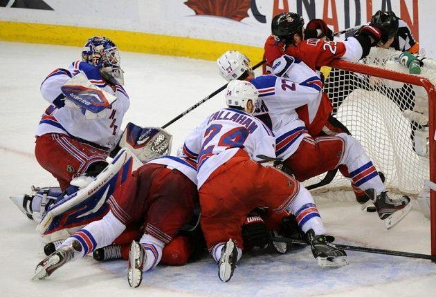 Hokejisté New Yorku bránili svou svatyni zuby nehty.