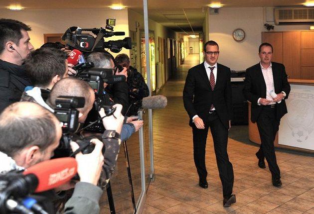 Předseda disciplinární komise FAČR Jiří Golda (vpravo) a majitel Sparty Daniel Křetínský.