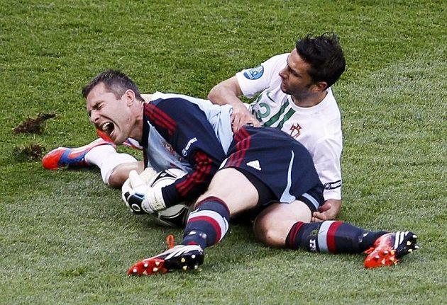 Dánský brankář Stephan Andersen s bolestivou grimasou po srážce se střelcem druhého portugalského gólu Helderem Postigou