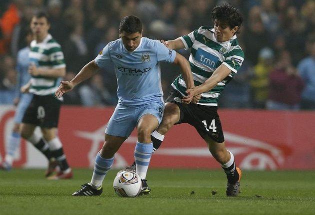David Pizarro z Manchesteru City (vlevo) si kryje míč před Matiasem Fernandezem ze Sportingu Lisabon.