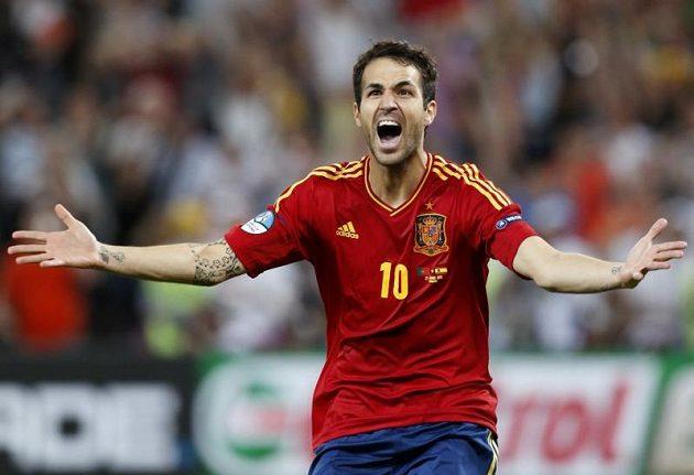 Španělský záložník Cesc Fábregas proměnil poslední penaltu v pyrenejském semifinále proti Portugalsku...