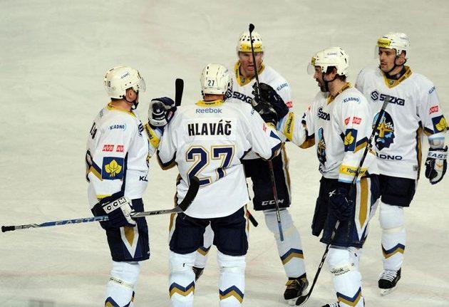 Hráči Kladna (zleva) Pavel Patera, Jan Hlaváč, Jaromír Jágr, Ivan Majeský a Tomáš Plekanec oslavují vstřelený gól na ledě pražské Sparty.