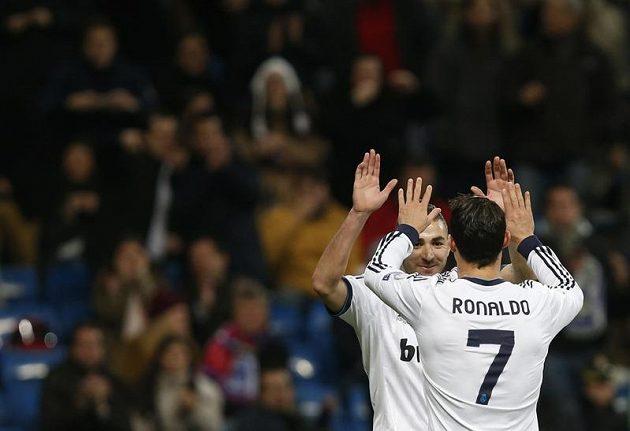 Cristiano Ronaldo se raduje se spoluhráčem z Realu Madrid Karimem Benzemou z gólu.