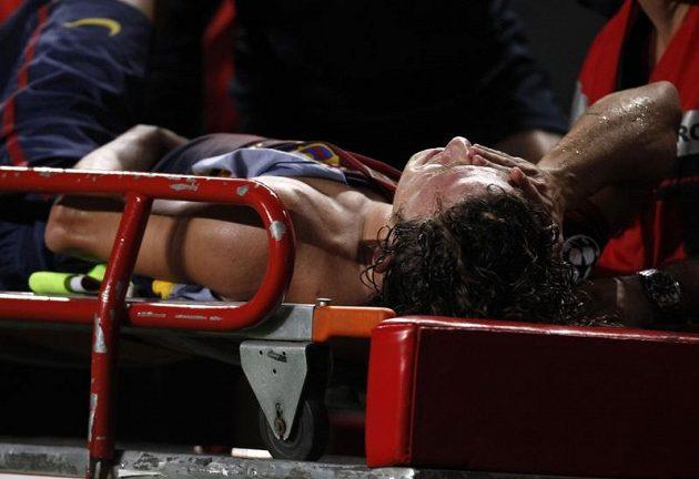 Kapitán Barcelony Carles Puyol utkání proti Benfice Lisabon nedohrál, hřiště opouštěl se zlomenou rukou na nosítkách
