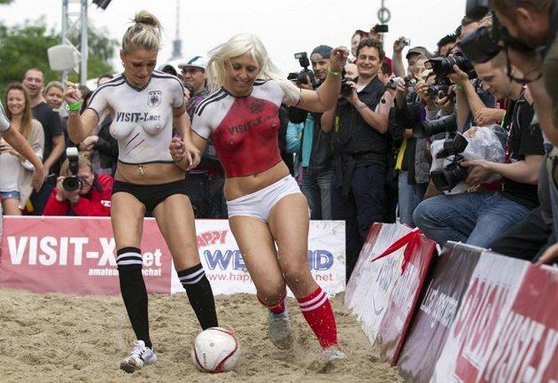 Pornoherečky Dánska a Německa ve fotbalové akci
