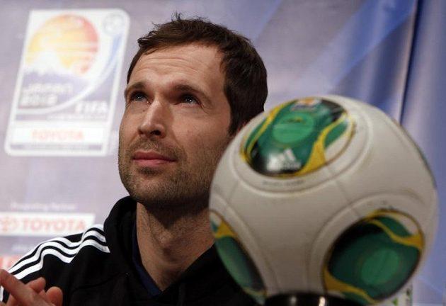 Petr Čech na tiskové konferenci vedle zázračného míče s mikročipem.