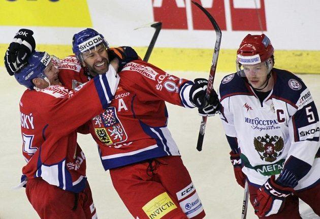Petr Nedvěd a Aleš Hemský se radují z gólu proti Rusku vedle kapitána sborné Ilji Nikulina v utkání EHT v Brně.
