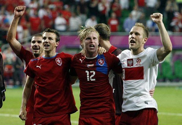 Čeští fotbalisté oslavují postup do čtvrtfinále.
