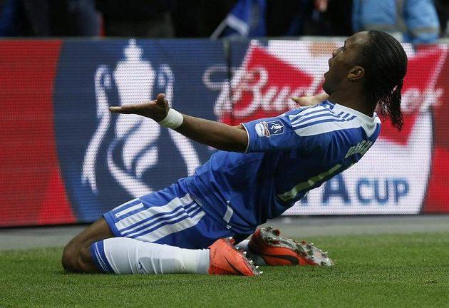 Didier Drogba slaví svou trefu - Chelsea vede 2:0.
