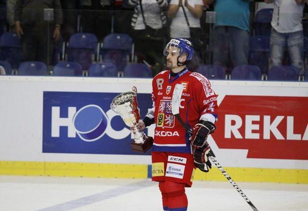 Kapitán Tomáš Plekanec s pohárem poté, co čeští hokejisté zvítězili v závěrečném utkání nad Ruskem 2:1 a po čtrnácti letech ovládli Euro Hockey Tour.