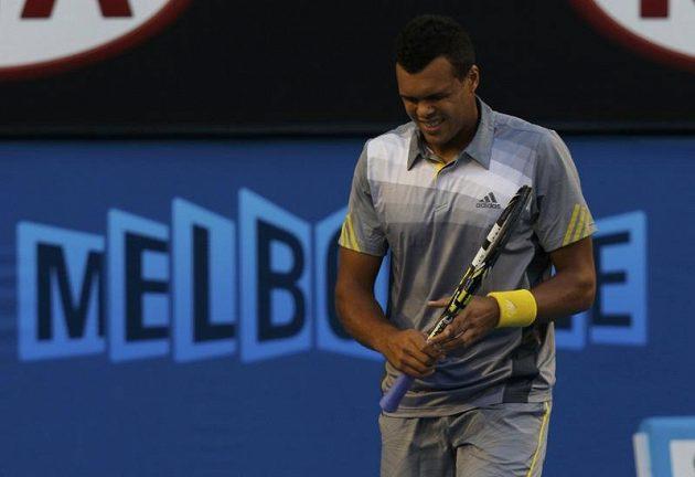 Francouzský tenista Jo-Wilfried Tsonga v utkání proti Rogeru Federerovi ze Švýcarska.