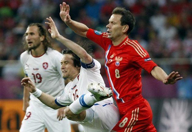 Kapitán českého týmu Tomáš Rosický bojuje o míč s Konstantinem Zyrjanovem (vzadu Petr Jiráček).