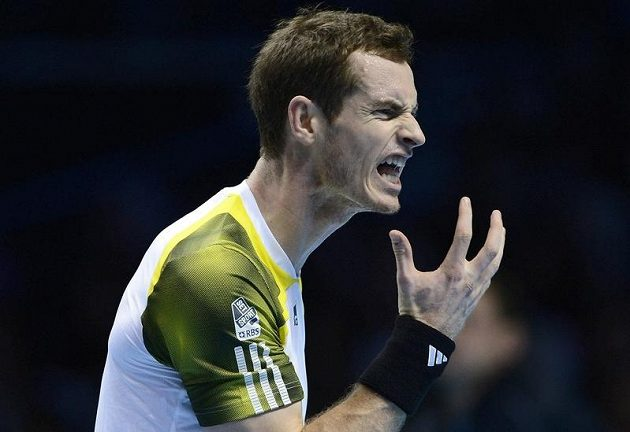 Andy Murray se vzteká poté, co se Srbem Djokovičem prohrál třetí set.
