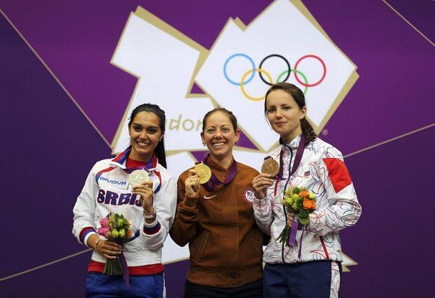 Zleva stříbrná Srbka Maksimovičová, zlatá Američanka Grayová a bronzová Češka Sýkorová na stupních vítězů.