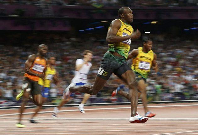 Jamajský sprinter Usain Bolt jasně v čele olympijského finále běhu na 200 m