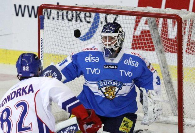 Michal Vondrka z ČR (vlevo) střílí na finského brankáře Petri Vehanena.