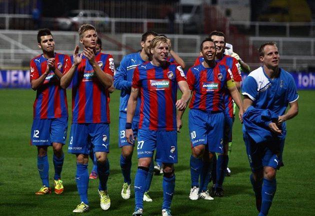 Rozesmátí fotbalisté Plzně děkují fanouškům po vítězném utkání na hřišti Dukly.