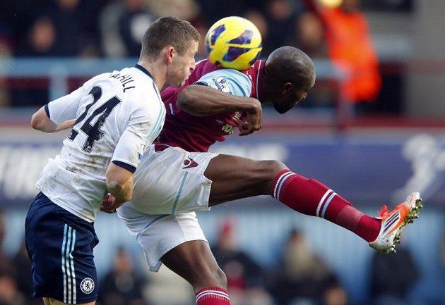 Carlton Cole (vpravo) z West Hamu v hlavičkovém souboji s Gary Cahillem z Chelsea.