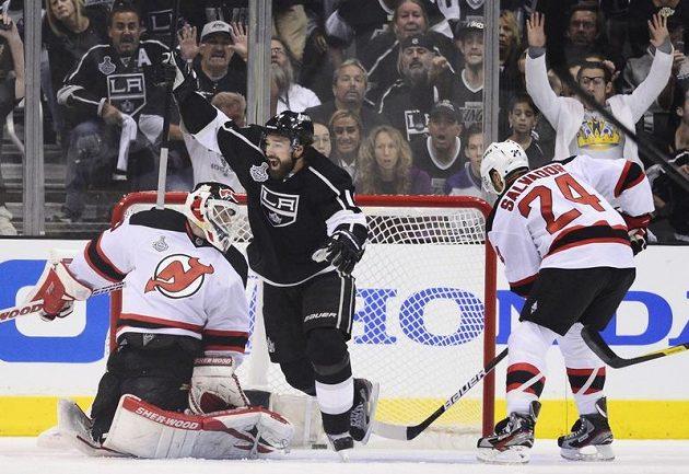 Útočník Los Angeles Justin Williams oslavuje gól spoluhráče Browna v šestém finále NHL