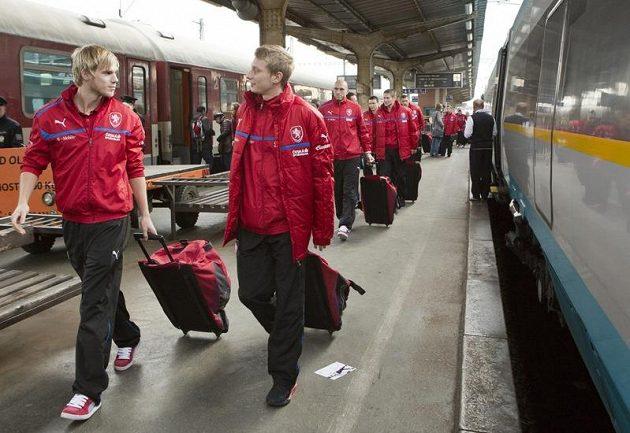 Tomáš Kalas (vlevo) a Ladislav Krejčí v čele české fotbalové reprezentace na olomouckém nádraží.