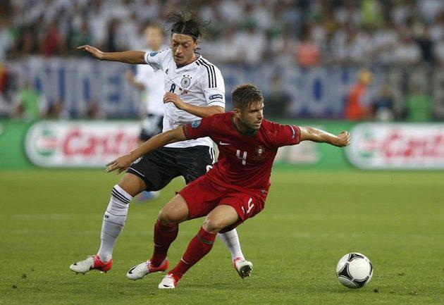 Německý záložník Mesut Özil (vlevo) se snaží obrat o míč Portugalce Miguela Velosa